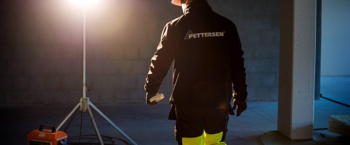 Bilde av arbeidslampe og en ansatt person hos Ingeniør Pettersen
